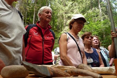 Piero Badaloni al Riparo Dalmeri con il Trekking con l'autore