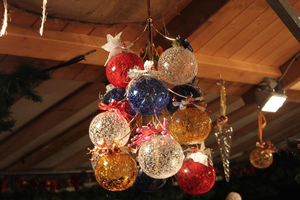 Kerstballen op kerstmarkten Valsugana